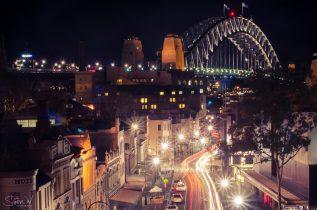 The Rocks is de oudste wijk in heel Australië. Vanaf hier begon de kolonisatie. Lange tijd was dit een gevaarlijke buurt met overvallen, illegale prostitutie en criminelen die de boel onveilig maakten. Nu is het een van de duurste en hipste wijken van Sydney.